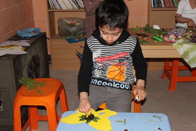 پارسا در حال ساخت نقاب